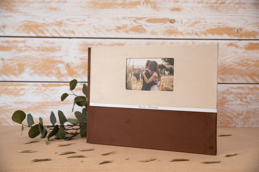 Portada con ventana fotográfica y tira metálica combinando Nobuck Vainilla y Nobuck Congo